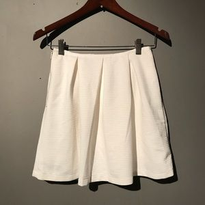 Finders keepers white pleated skirt Sz small